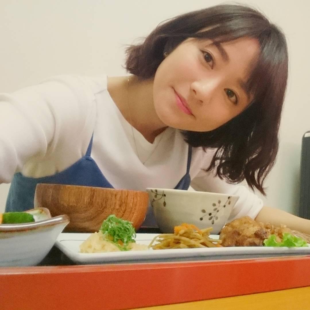 料理と一緒に写る木村文乃が可愛い