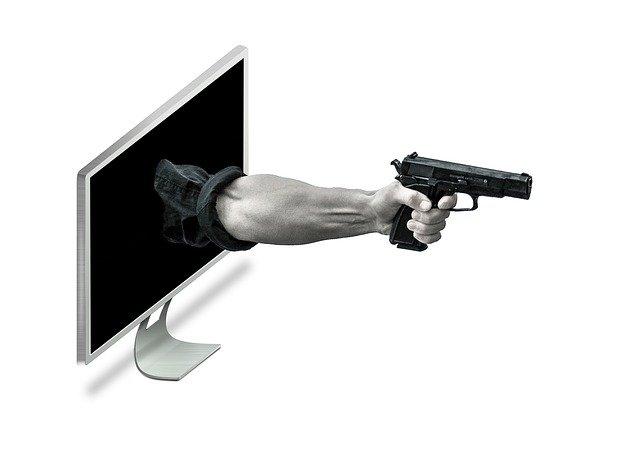 PCから銃を持った腕が飛び出る画像