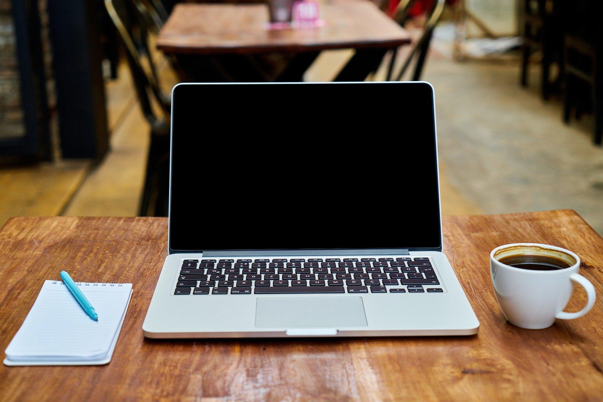 ノートパソコンとコーヒーの写真