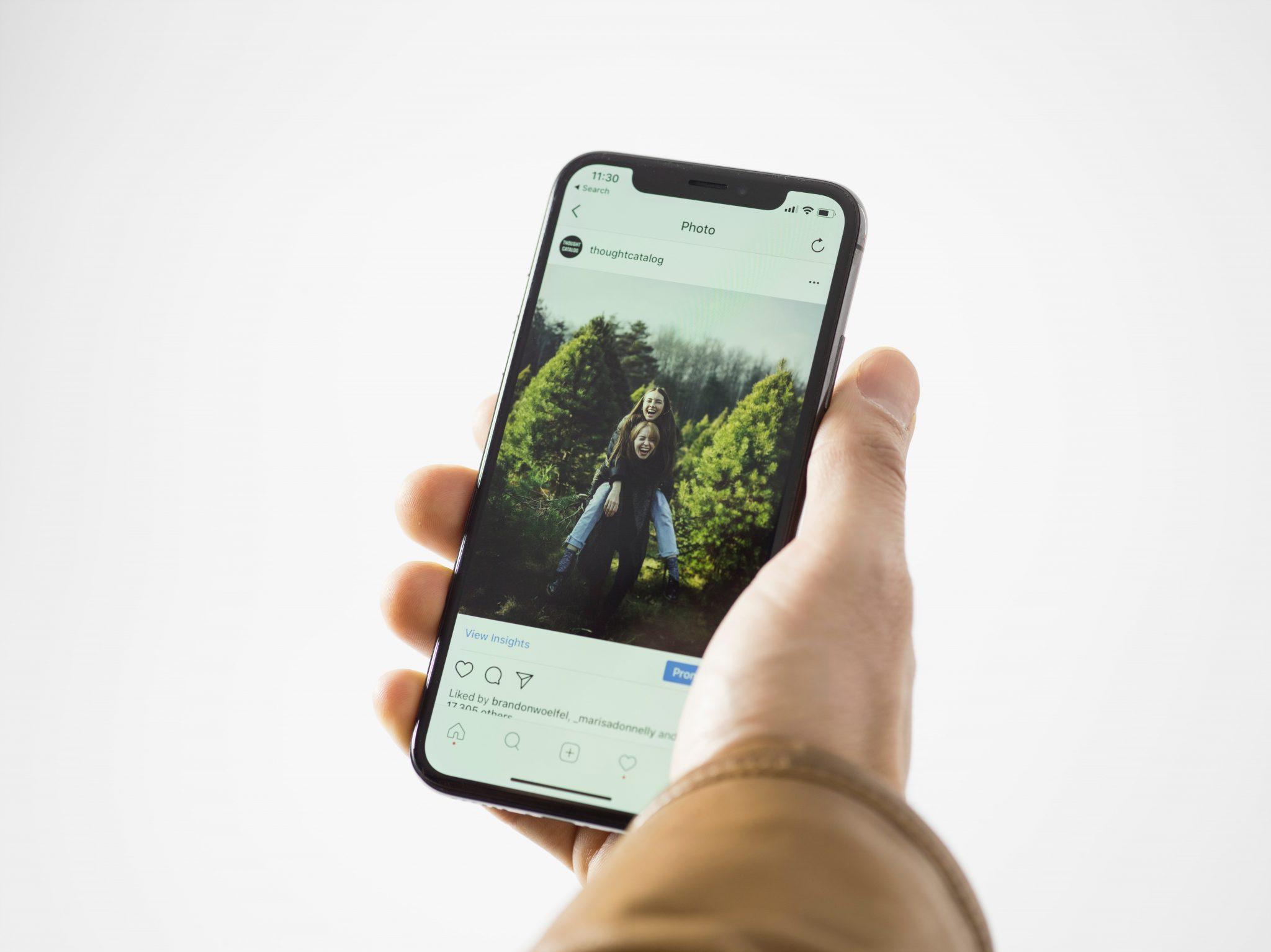 iPhoneを操作する手